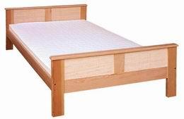 Døevìná postel Luna s ratanem